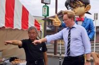 美国主持人柯南到访日本柯南小镇,两位柯南同框