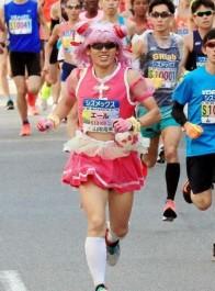 动漫爱好者COS光之美少女跑完马拉松,貌似还是位女装大佬