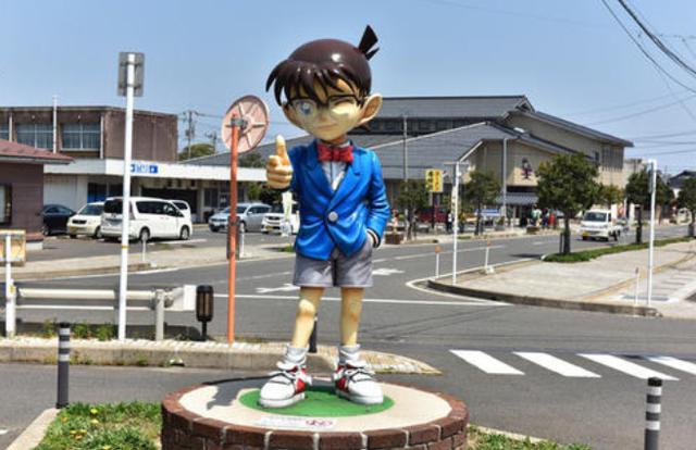 漫画家出名后能为家乡做啥?尾田默默捐款8亿,青山搞了个小镇